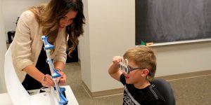 ویژن تراپی چیست و چه کمکی به تنبلی چشم کودکان و بزرگسالان میکند؟